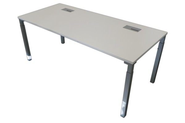 Günstiger, gebrauchter Steelcase Schreibtisch - Weiß/Aluminiumfarben